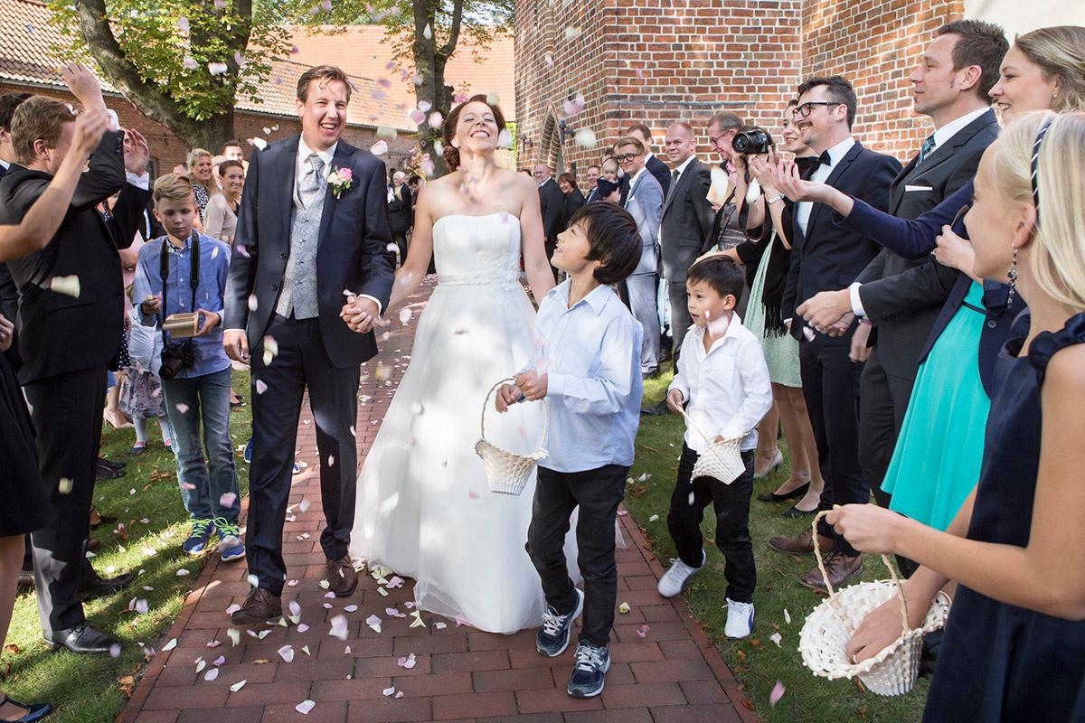 Brautpaar-Hochzeitsfotos-Spalier