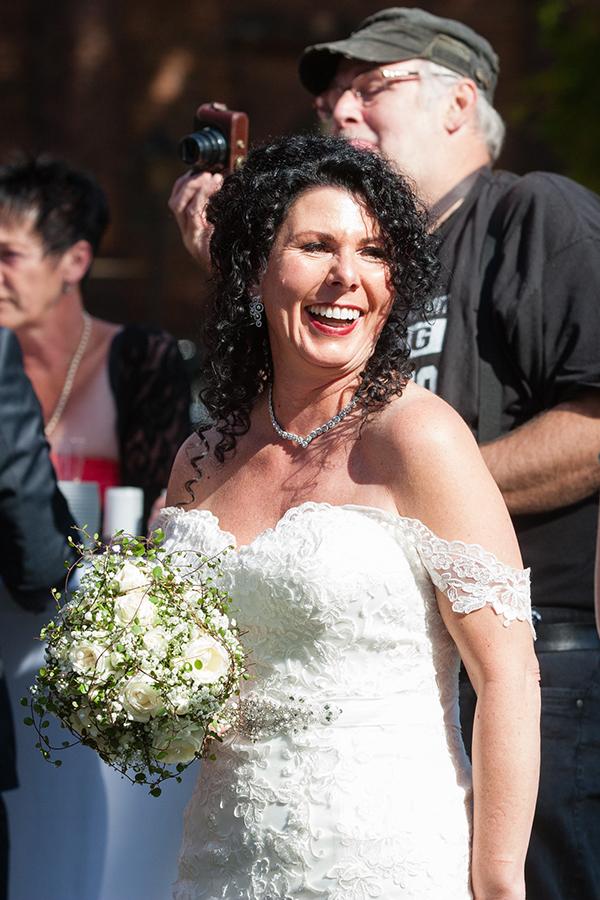 Glückliche Braut Brautstrauss n und t